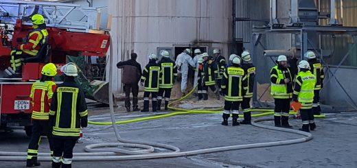 Am Mittwochmorgen brannte ein Sägespahne-Behälter in Monheim.