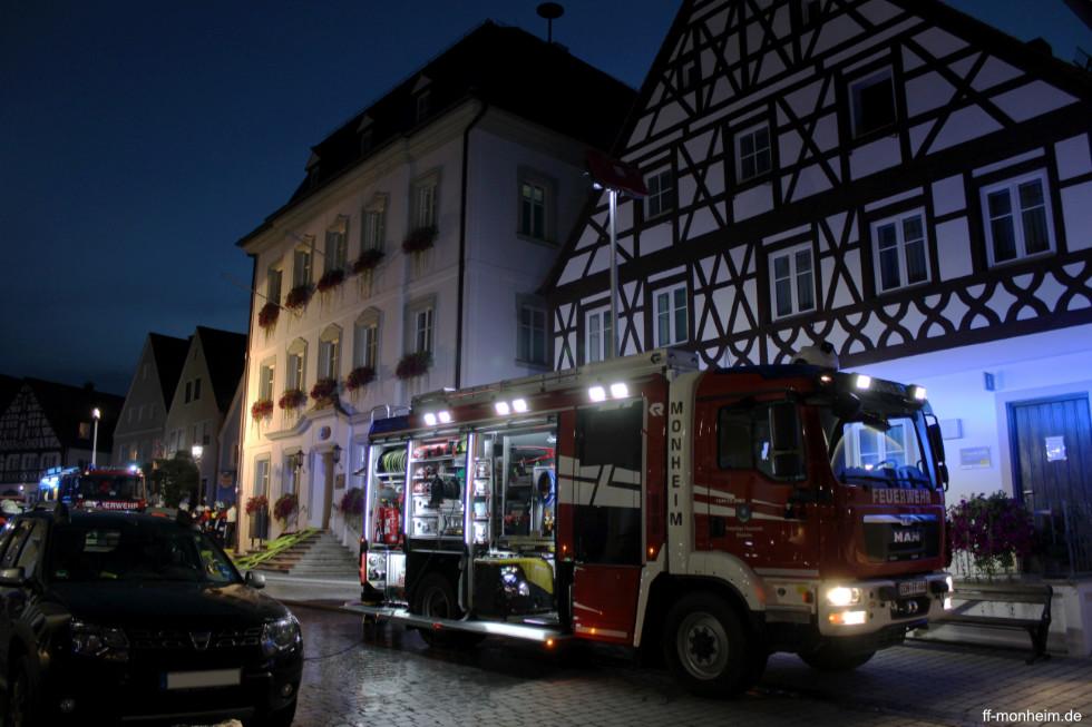 Das HLF 20/16 vor dem Rathaus der Stadt Monheim