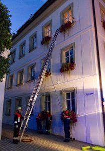 Über eine Leiter kann ins Innere des Rathauses geblickt werden.
