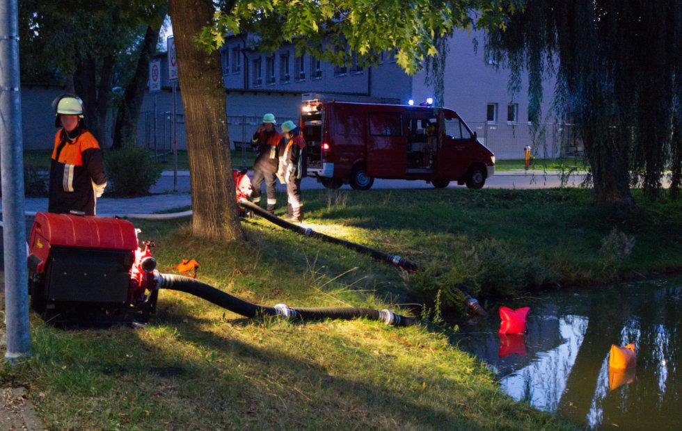 Mit zwei Pumpen wurde Löschwasser aus dem Schulweiher gepumpt und bis in die Stadtmitte befördert