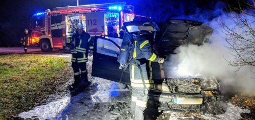 Dieser PKW fing während der Fahr nach einem Knall im Bereich des Auspuffs plötzlich Feuer