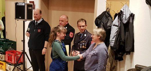 Anna Lena Kühn nimmt stellvertretend für die JF Monheim die Abzeichen entgegen