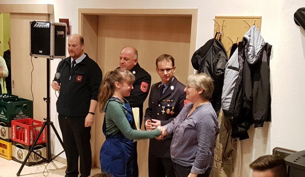 Anna Lena Kühn nimmt stellvertretend für die Jugenfeuerwehr Monheim die Abzeichen entgegen