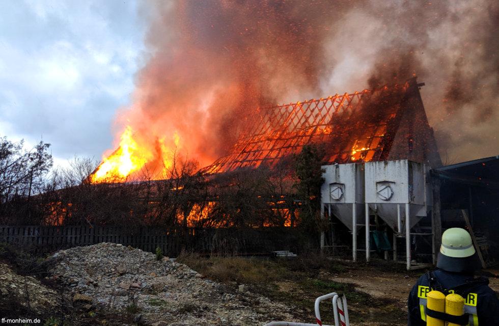 Brand eines Gebäudes in Lohhof