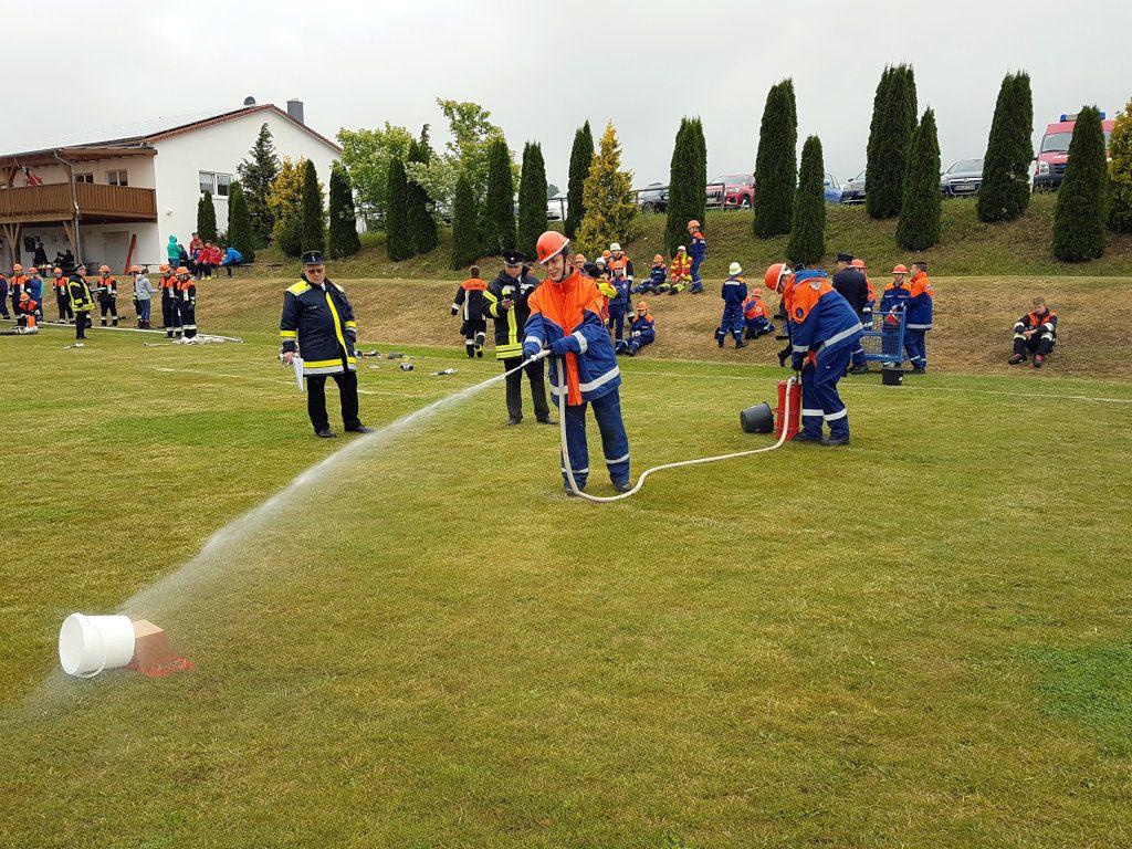Bayerische Jugendleistungsprüfung: Umspritzen eines Kübel Wassers mit der Kübelspritze