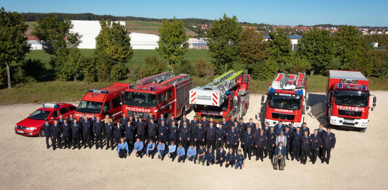 Vereinsfoto mit Fahrzeugen der Freiwilligen Feuerwehr Monheim e.V.
