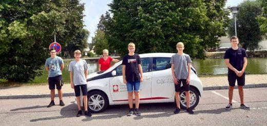 Gruppenfoto der Jugendfeuerwehr Monheim mit der Betreuerin der Caritas Sozialstation Monheim.