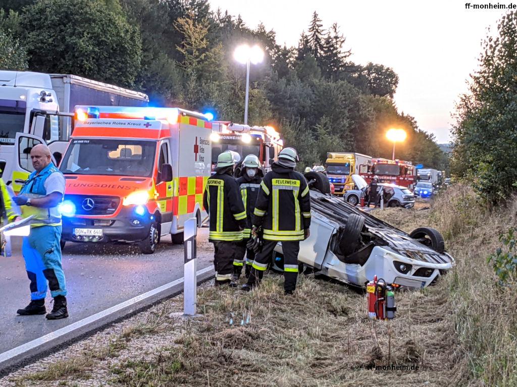 Nachdem das Auto des Unfallverursachers das Heck des entgegenkommenden PKWs gerammt hatte, kam er auf dem Dach im Straßengraben zum stehen.