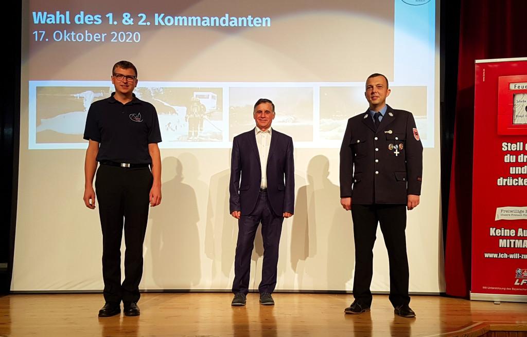 Von links nach rechts: Der neue zweite Kommandant Thomas Hofmann, Bürgermeister Günther Pfefferer und der erste Kommandant Tobias Ferber.