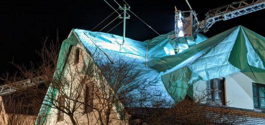 Das Dach des Hauses wurde nach einem Brand mit einem Notdach provisorisch abgedichtet.